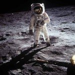 Buzz Aldrin während der Apollo 11 Mission im Meer der Ruhe. Rechts im Bild ein Bein der Mondfähre Adler. Das Foto wurde mit einer Hasselblad und einem 70mm Objektiv von Neil Armstrong dem Kommandanten der Apollo 11 Mission auf der Mondoberfläche gemacht.