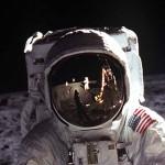 """Ausschnitt aus dem Foto von Buzz Aldrin während der Apollo 11 Mission im Meer der Ruhe. Im Visier sieht man den fotografierenden Neil Armstrong und die Mondlandefähre """"Adler"""".Das Foto wurde mit einer Hasselblad und einem 70mm Objektiv von Neil Armstrong dem Kommandanten der Apollo 11 Mission auf der Mondoberfläche gemacht."""