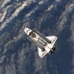 NASA Foto: Mission STS-121 am 6.7.2006. Blick aus der internationalen Raumstation auf die sich nähernde Discovery mit geöffneter Ladebucht.