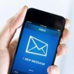Eine Hand hält ein Smartphone, Am Bildschirm ist zu sehen, dass eine Email empfangen wurde